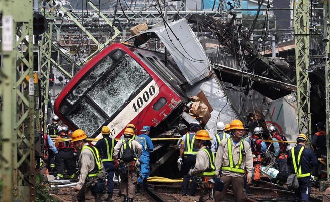 Един загинал, 33 ранени след сблъсък между влак и камион в Япония