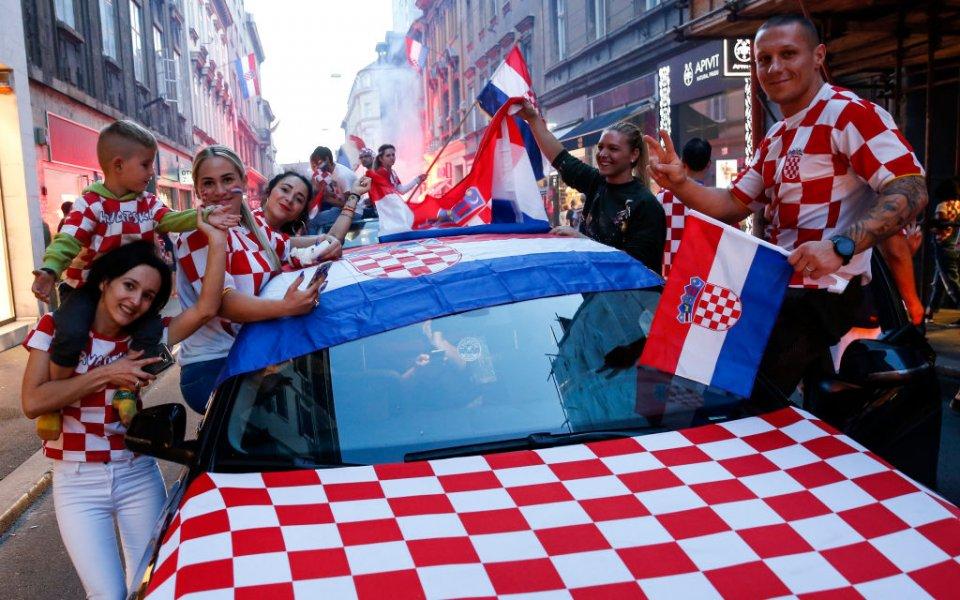 Мил жест! Хърватски фенове изпяха приспивна песен на бебе