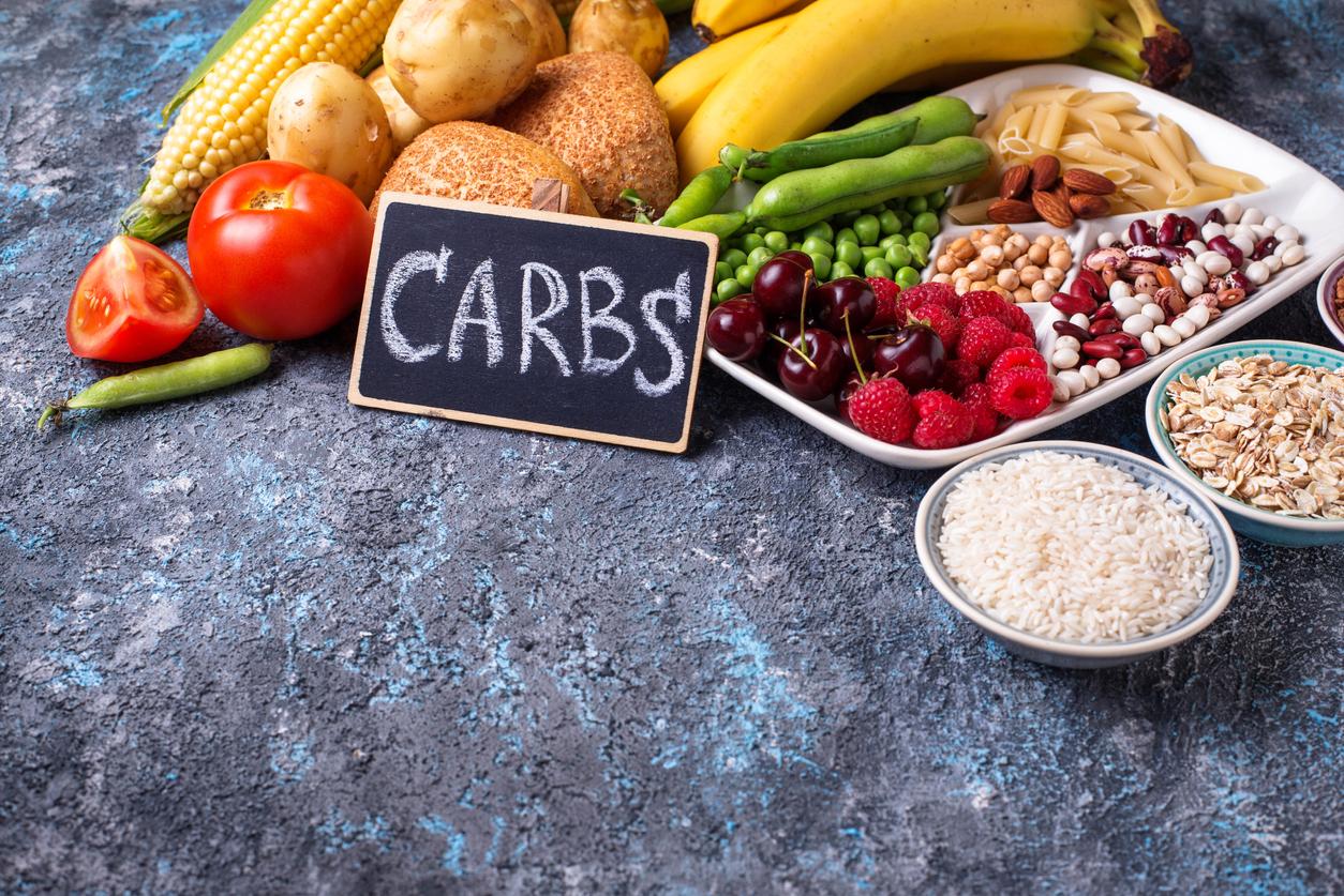 <p>20 от 300 гр въглехидрати могат и е препоръчително да бъдат фибри. Много от зърната са богати на фибри, фасулът, грахът, ядките, семената и не на последно място зеленчуците и плодовете.</p>