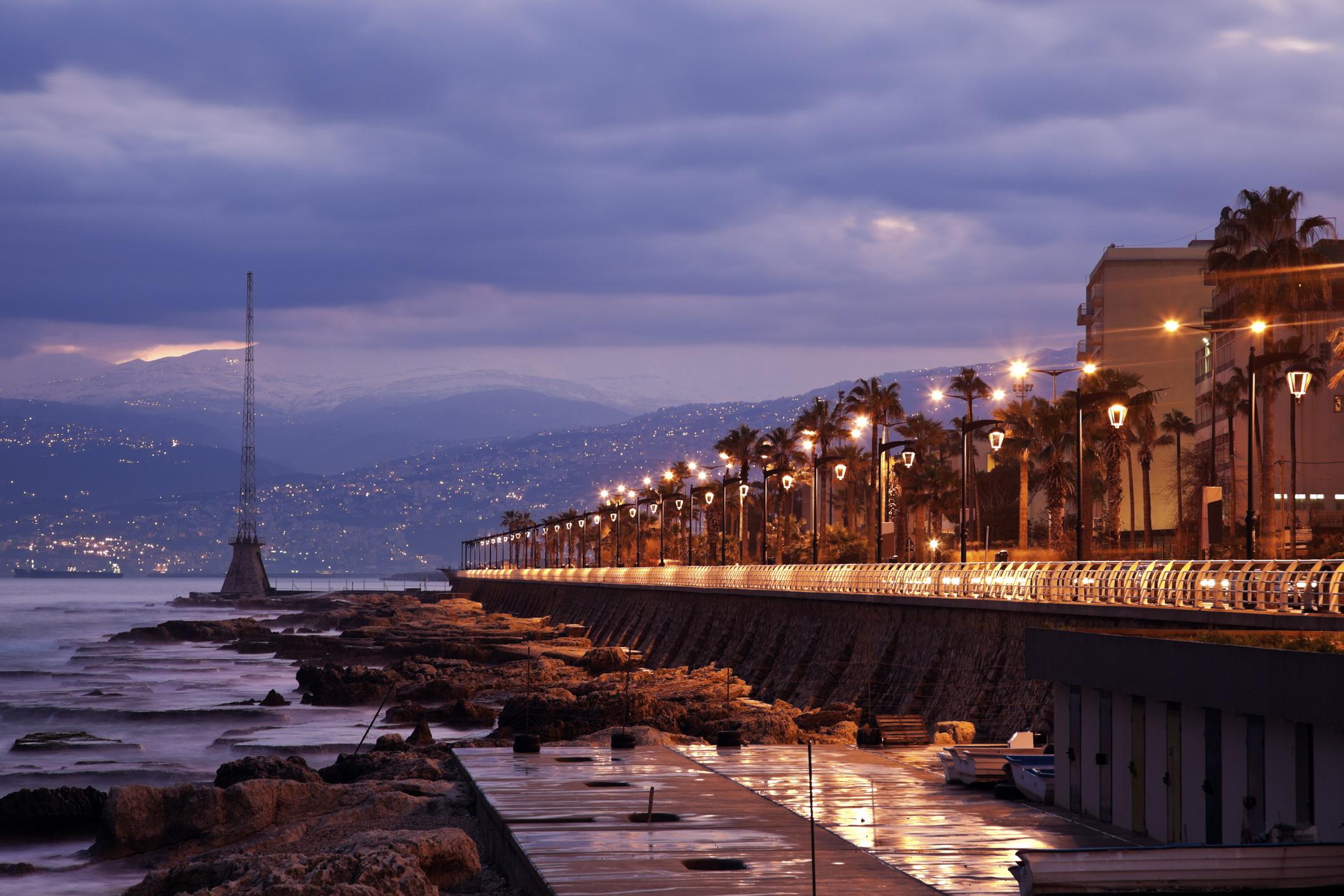 <p><strong>Бейрут</strong></p>  <p>Любовта на ливанците към забавленията, в комбинация с огромни избор от модерни клубове и барове правят парти сцената в Бейрут толкова уникална. По всяко време на денонощието някъде в този град има парти.</p>  <p>&nbsp;</p>  <p>&nbsp;</p>