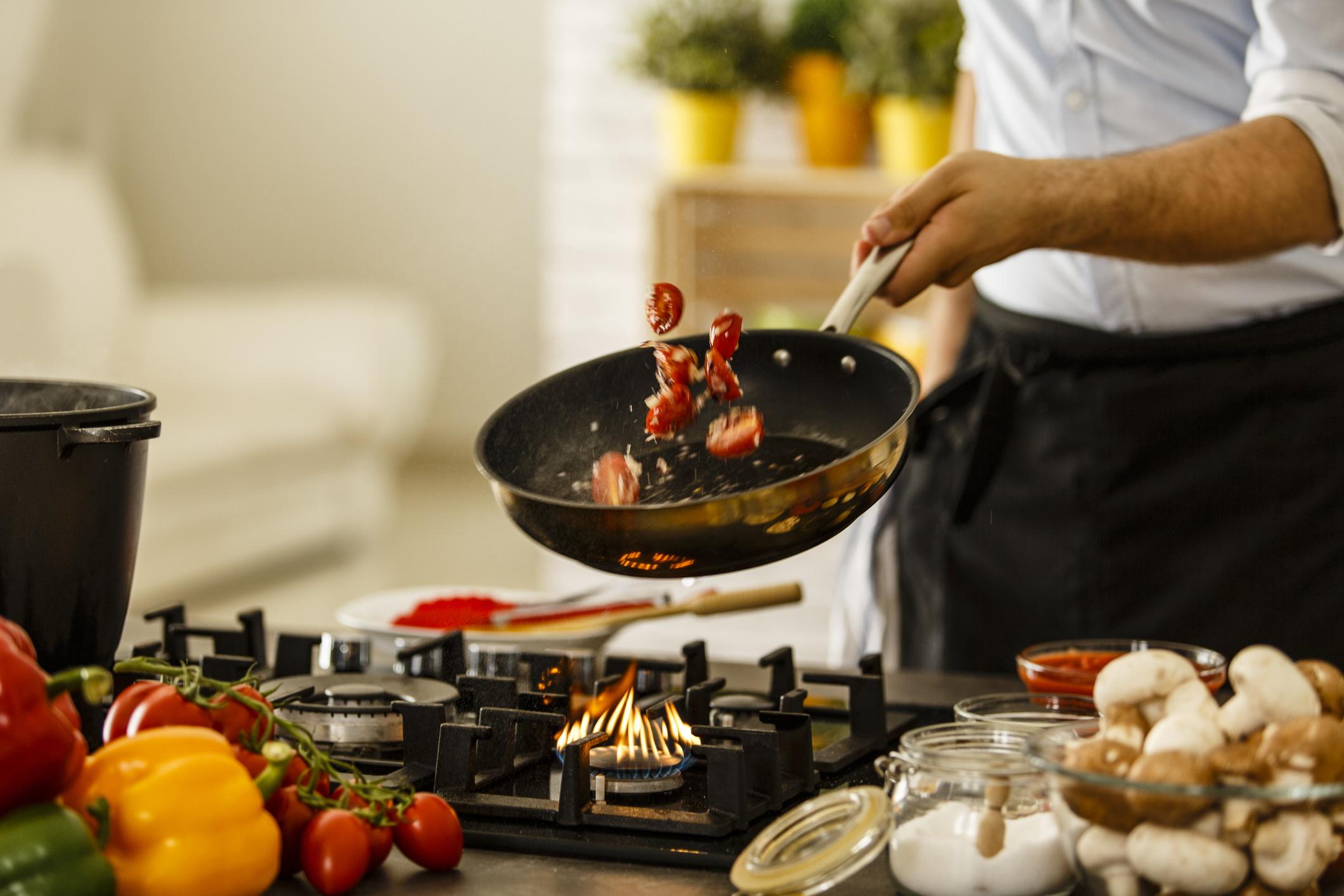 <p><strong>Домати</strong></p>  <p>Сготвените домати имат значително по-високи нива на ликопен от суровите. Ликопенът е един от&nbsp; най-мощните антиоксиданти и е свързан с по-малък риск от множество хронични заболявания, като сърдечно-съдови заболявания на рак.</p>