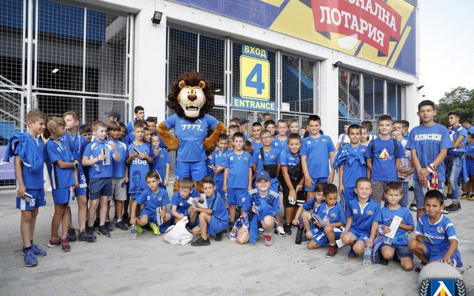 Футболисти на Левски ще играят с ученици