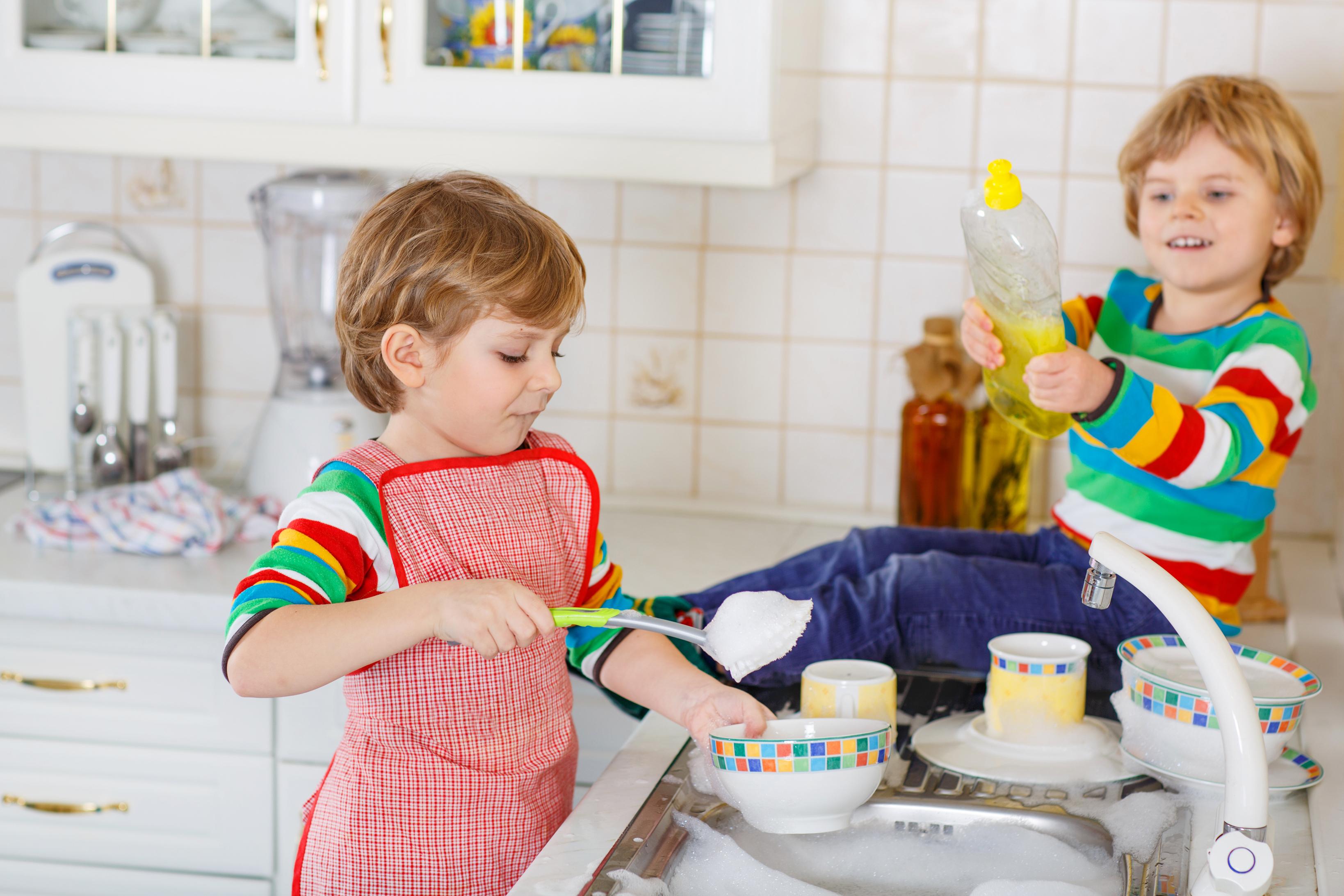 <p>Не се стремете и не очаквайте от децата си&nbsp;перфектно подредена&nbsp;стая. Обърнете&nbsp;вниманието им към основните неща, които могат да свършат за не повече от 30-40 мин:&nbsp;да си оправят леглото сутрин, да могат да си сменят чаршафите един път в седмицата, да пускат прахосмукачка в стаята си, да&nbsp;сгъват и прибират дрехите си в шкафовете. Ако нещо не е идеално, не им правете забележки, защото това по-скоро би ги отбъснало&nbsp;повече от чистенето, ако не го харесват.</p>