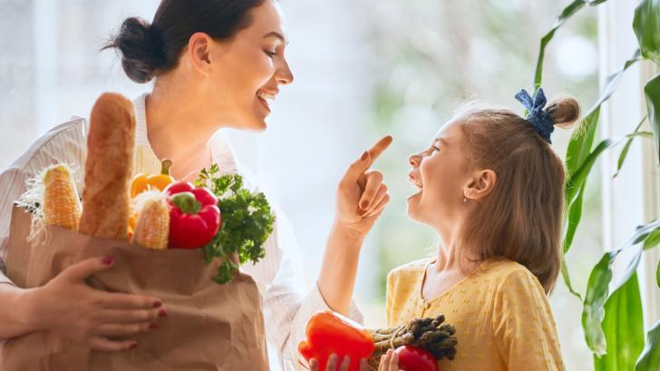 Децата се хранят с цветове: 7 трика как да ги накараме да хапват повече плодове и зеленчуци