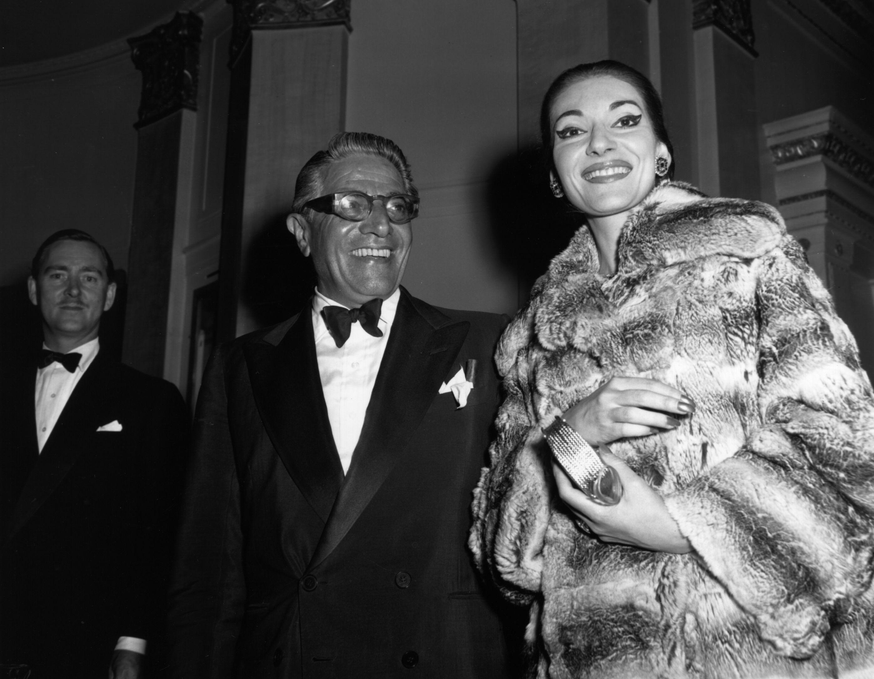 <p>През 1957 г., докато все още е омъжена, Мария се запознава с гръцкия милионер Аристотел Онасис. Последвалата афера получава много гласност. Онасис напуска Калас заради Жаклин Кенеди през 1968 г.</p>