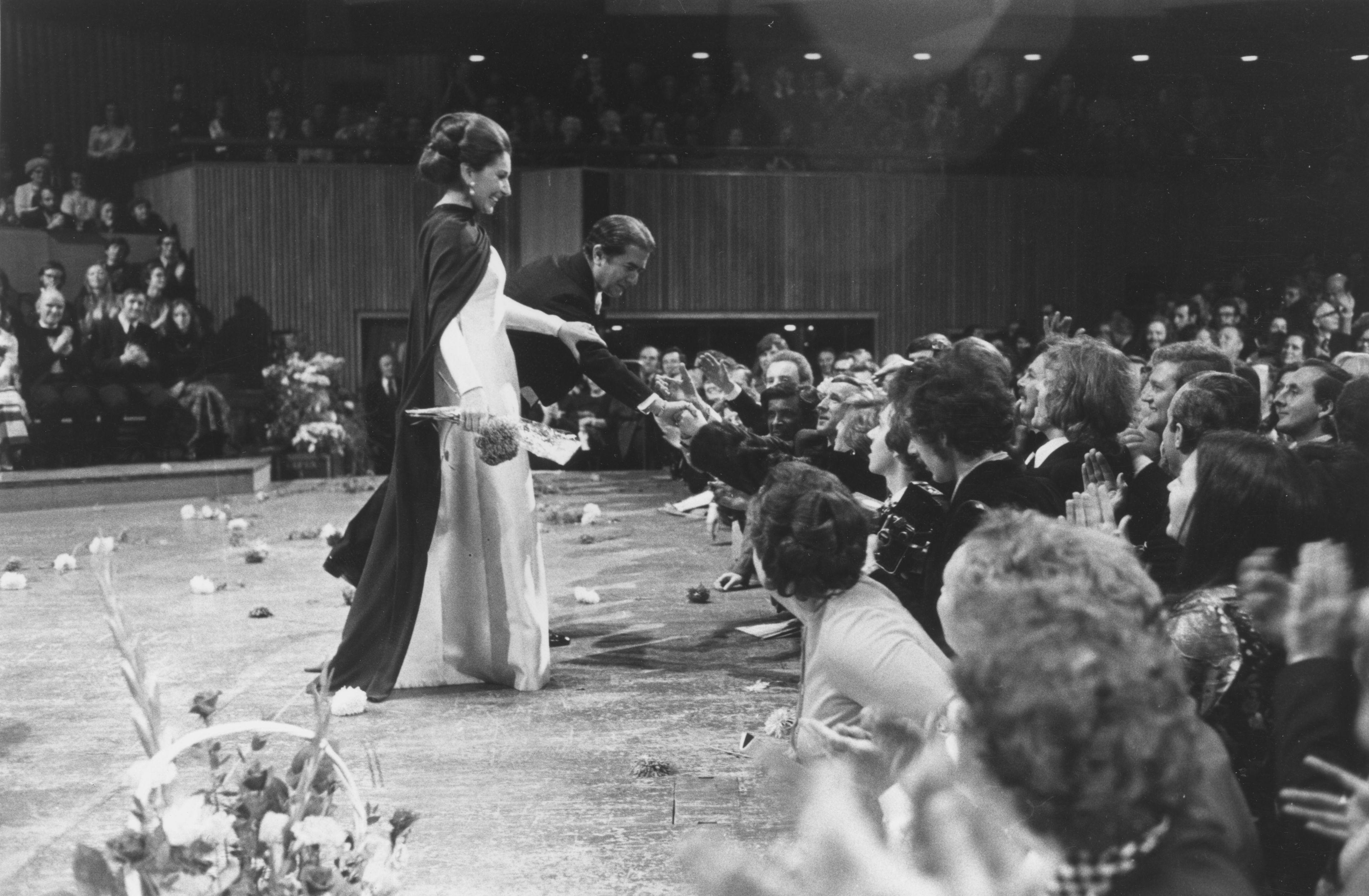 <p>Калас дебютира в Кралската опера в Лондон през 1952 г. Певицата нарича отношенията си с лондонската публика &bdquo;любовна афера&ldquo; и се завръща на сцената там още 6 пъти.</p>