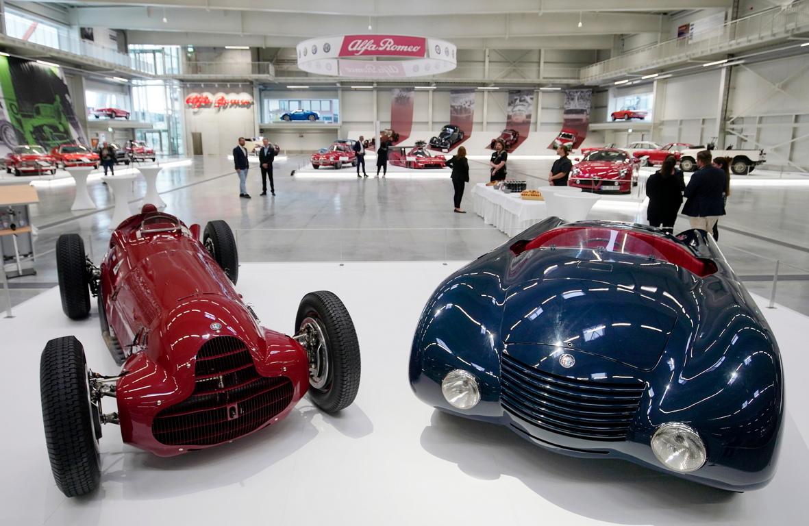<p>Alfa Romeo Tipo (ляво) и Alfa Romeo Aerospider (дясно)</p>