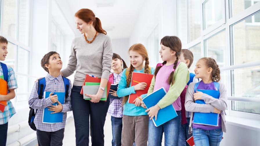 <p>Защо учителка накара деца да плюят по съученик</p>