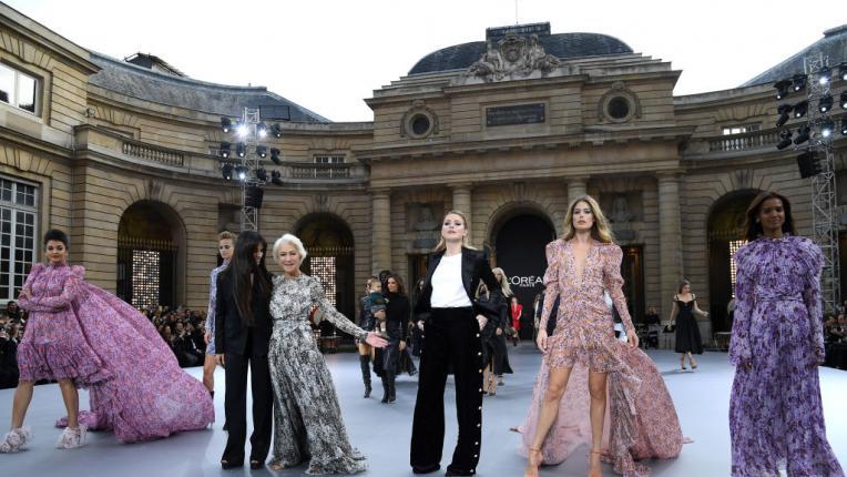 Боса не по асфалта, а върху модния подиум: Хелън Мирън развълнува Париж