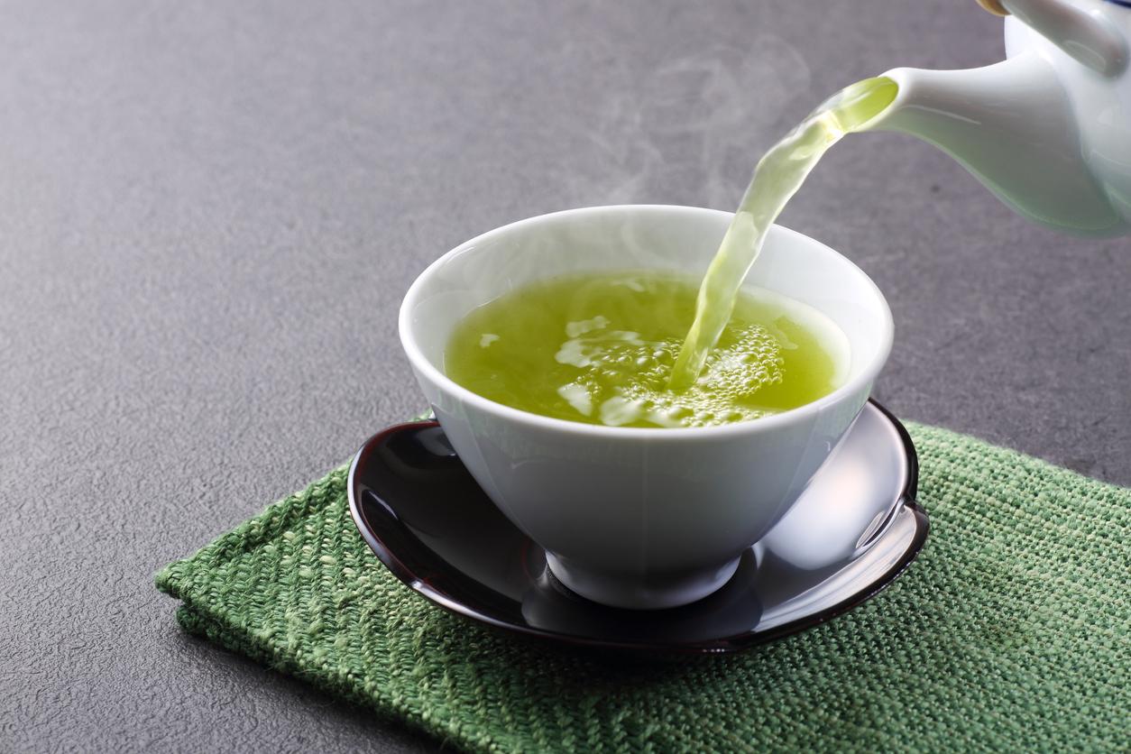 <p><strong>Зелен чай </strong></p>  <p>Поради високото си съдържание на полифеноли, зеленият чай има по-мощни противовъзпалителни свойства от всеки друг вид чай.</p>