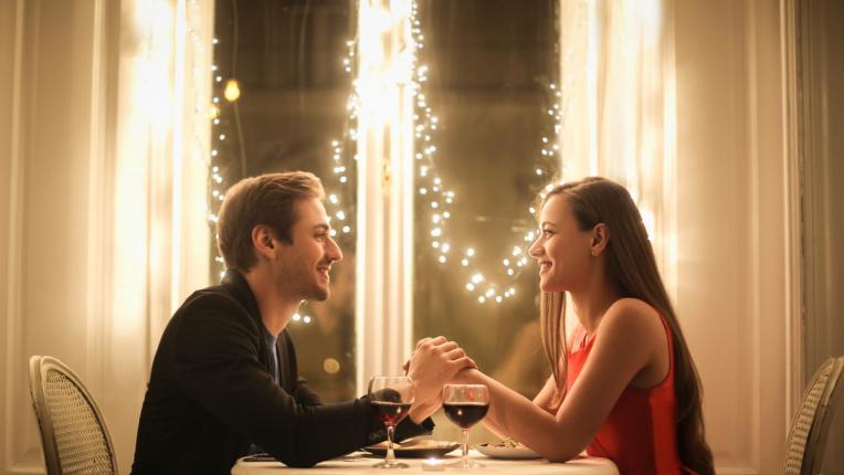 Романтични идеи за онлайн среща според зодията