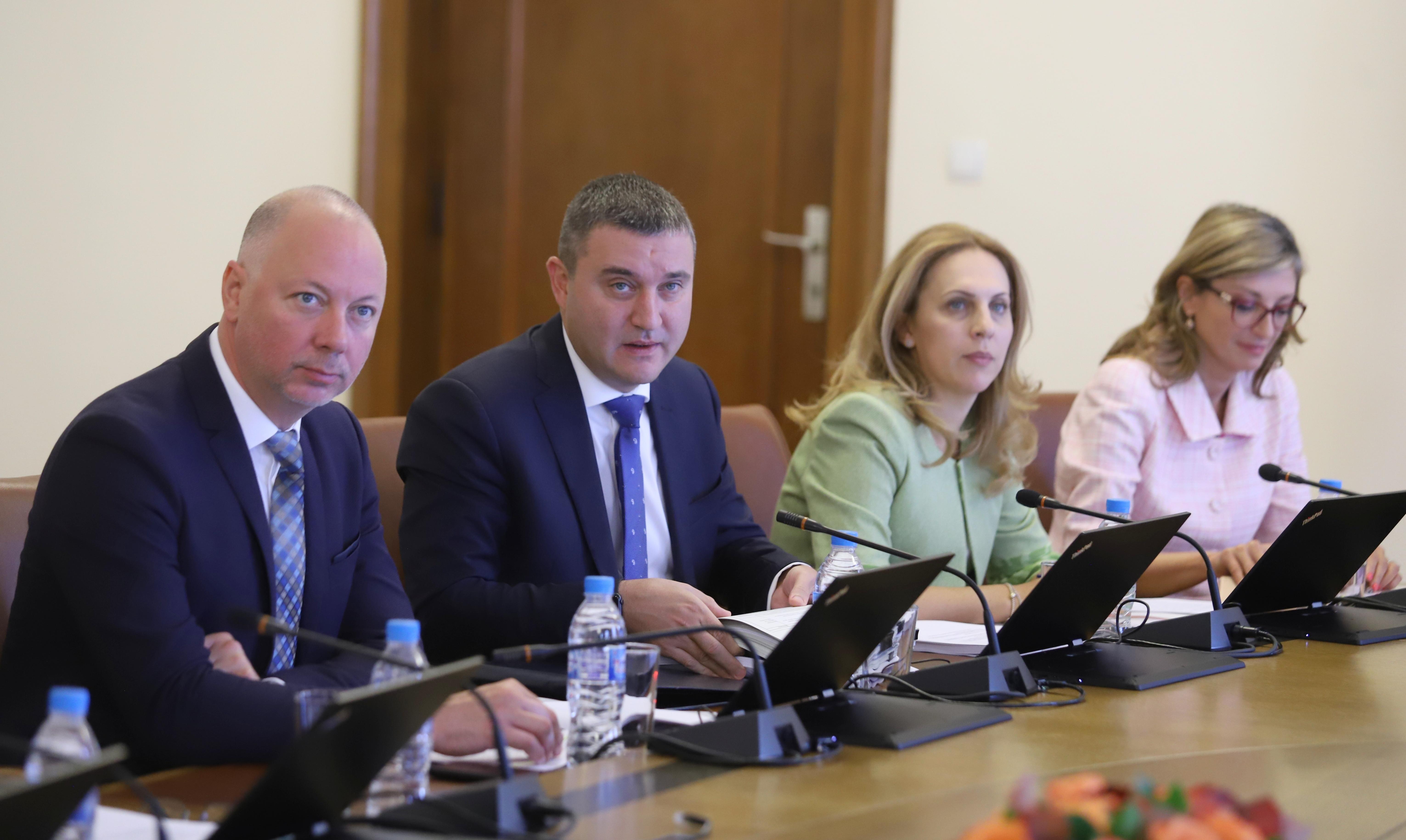 <p>Другият вицепремиер Екатерина Захариева бе с костюм в розовата гама.</p>