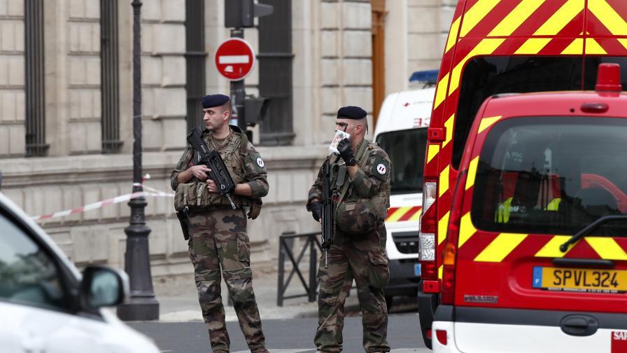 Кървава атака в Париж, застреляха нападателя