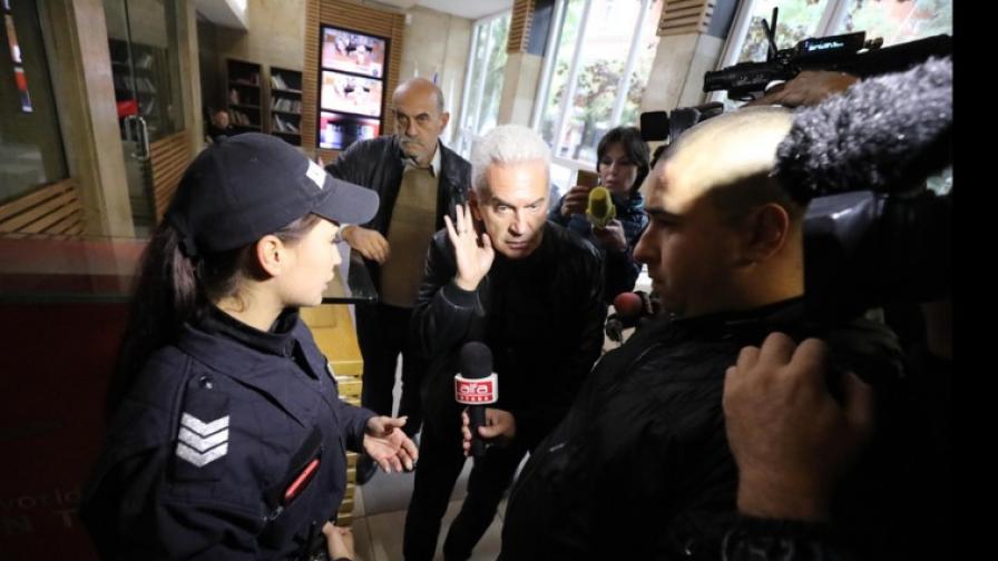 БНТ не допуска Сидеров, той и привърженици опитаха да влязат в сградата