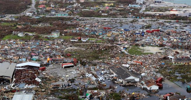 Свят Куче оцеля месец под руини след урагана Дориан То
