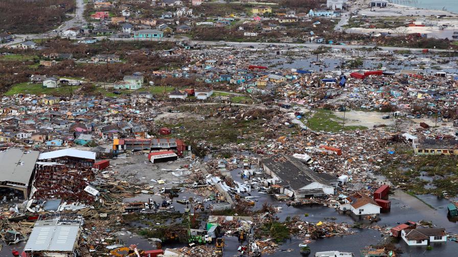 Куче оцеля месец под руини след урагана Дориан