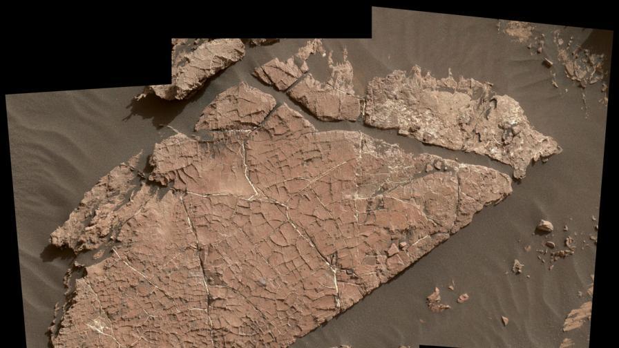 Мрежата от пукнатини в скалата може да се е образувала от изсъхнала кал