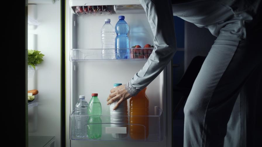 Мъж откри в кухнята си непознат - гол, пеел и пиел мляко