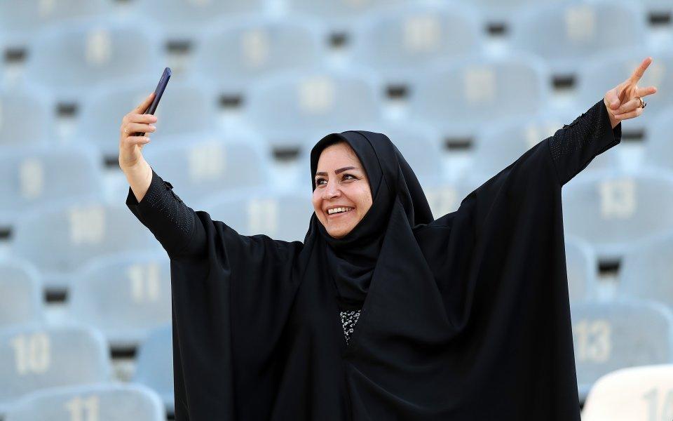 Фенка на Иран си прави селфи преди историческия мачс Камбоджа