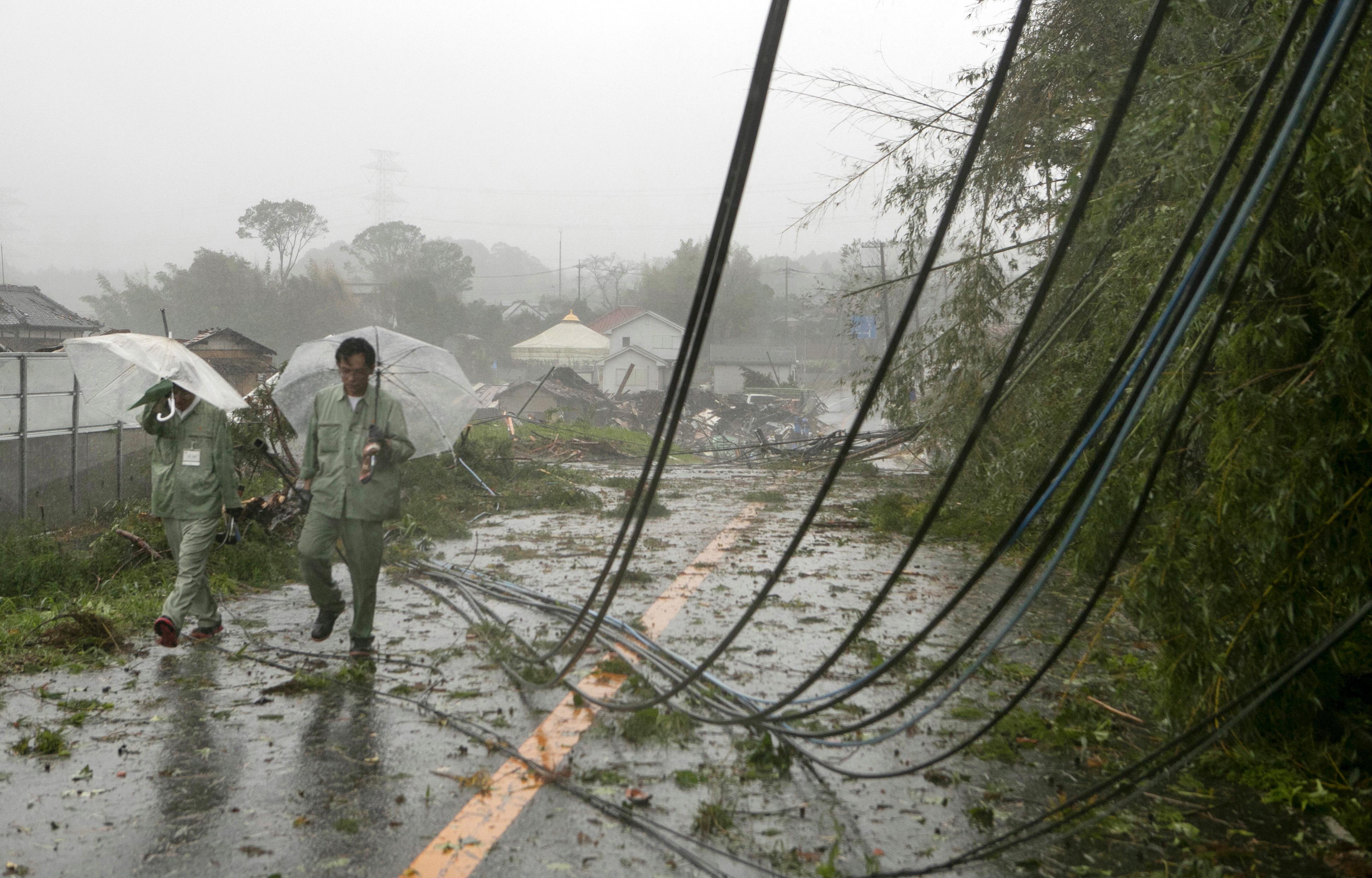 Бурята вече взе една жертва, движи се към Токио. По-рано страната заяви, че се готви за най-мощния тайфун достигал Япония от повече от 60 години