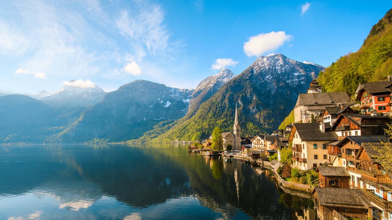 <p><strong>Езеро Халщат, Австрия</strong></p>  <p>Най-живописното езеро в Австрия. А едноименният град, разположен на брега му, ще ви потопи в миналото с красивата си история и архитектура.&nbsp;</p>