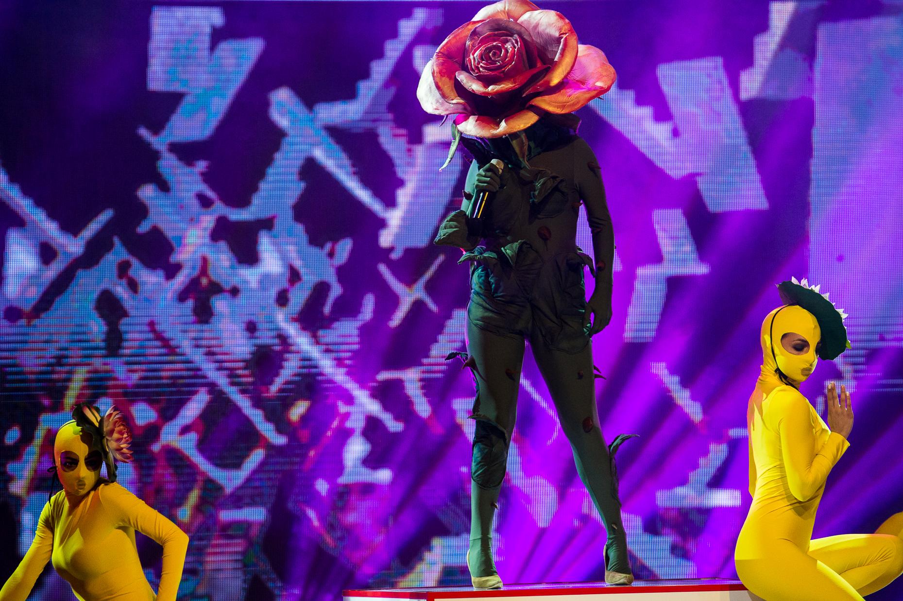 <p>Розата изпълнява The Winners Takes It All на Abba&nbsp;</p>
