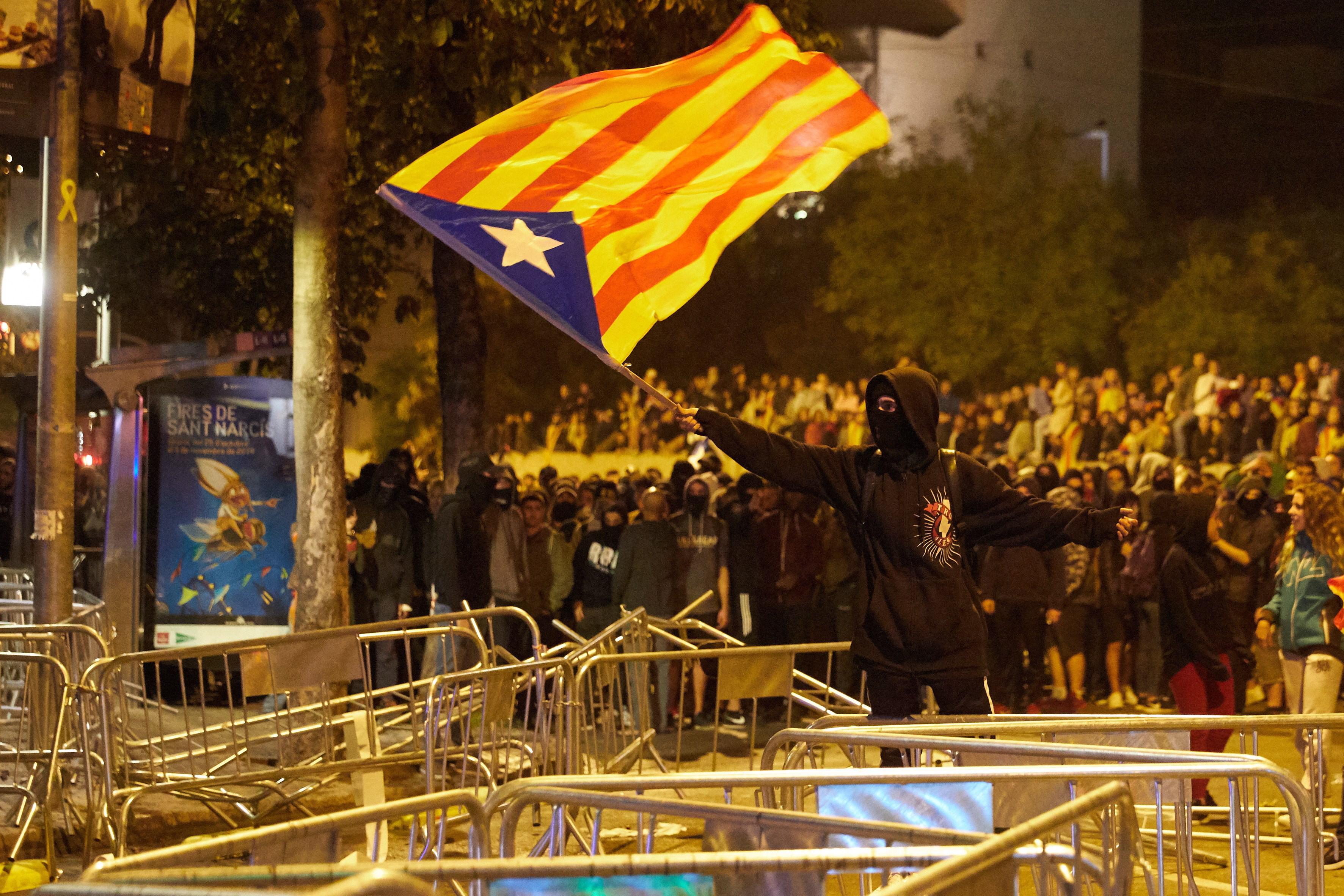 При сблъсъци между силите на реда и протестиращите в Барселона бяха ранени поне 80 души, от които 46 са полицаи.