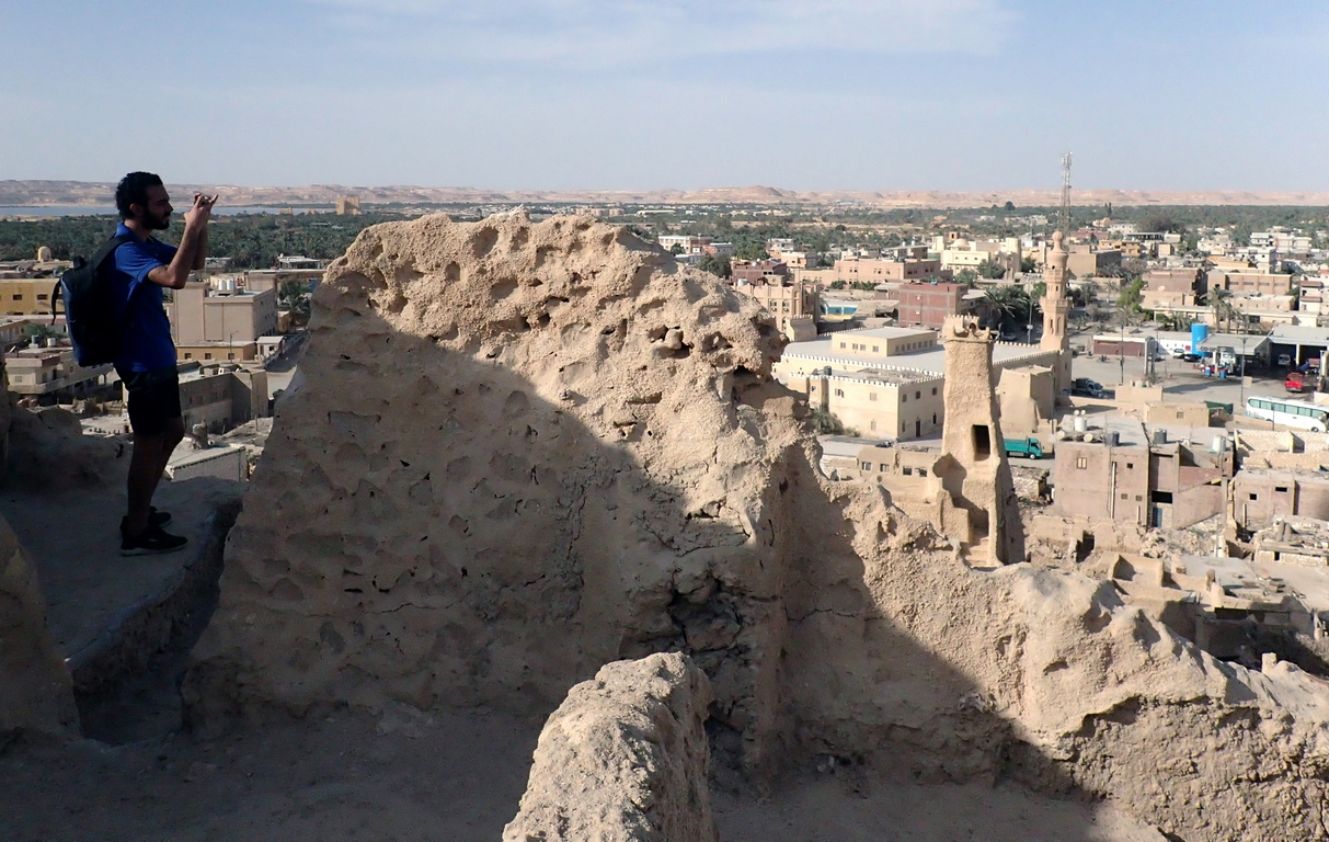 <p>Най-известен е с това, че в древността тук се помещава оракул на бог Амон, поради който древното име на оазиса е Амониум.</p>  <p>Днес развалините на оракула са популярна туристическа атракция.</p>
