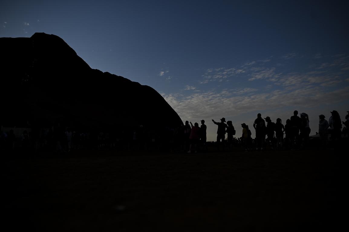 <p>От 1985 г., когато паркът е даден на коренните обитатели, местното население анангу, призовава изкачването на свещената за тях скала да бъде забранено заради нейното духовно значение като място, което предците им са почитали като енергиен източник.</p>