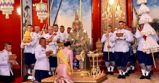 Любопитно Защо кралят на Тайланд наказа втората си съпруга Монархът