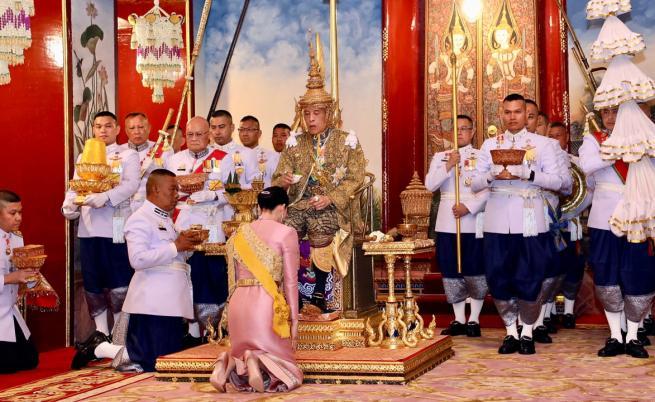 Защо кралят на Тайланд наказа втората си съпруга