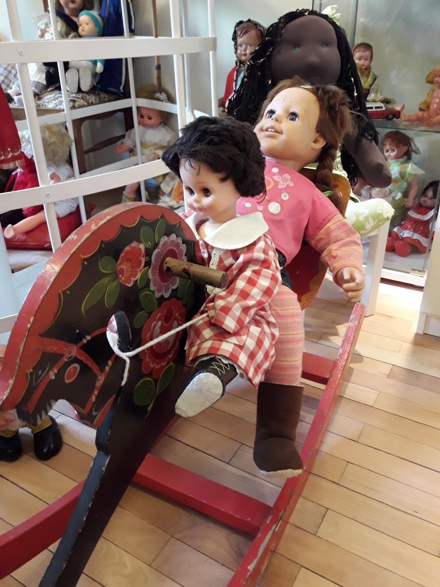 <p>Арт-къща с музей &bdquo;Куклите&ldquo;&nbsp;&nbsp;- намира се в София.&nbsp;Основателката на музея, Жени Костадинова, започва да се занимава с изработване на кукли през 1999 г., а през 2012 г., вдъхновена от пророчицата Ванга, която практикувала ритуал с кукла &ndash; &bdquo;измолване на дете&ldquo;, създава и&nbsp;арт-къщата &bdquo;Куклите&ldquo;. Така архитектурният паметник на културата се превръща в един приказен свят, където цари вечно детство.</p>