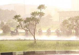 Изкуствени дъждове в Индонезия
