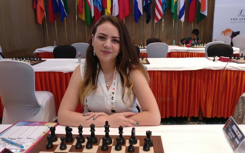 Световна шампионка по шахмат играе с робот в София