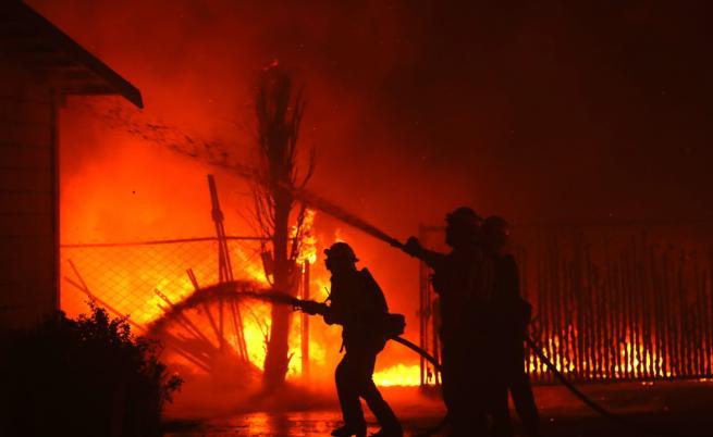 Огненият ад в Калифорния застраши и жилища на звезди