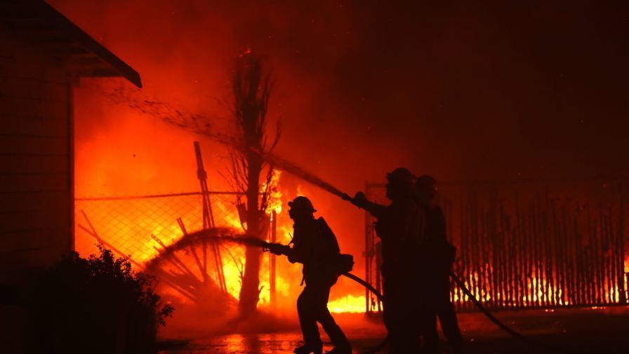 <p>Огненият ад в Калифорния <strong>застраши и жилища на звезди</strong></p>