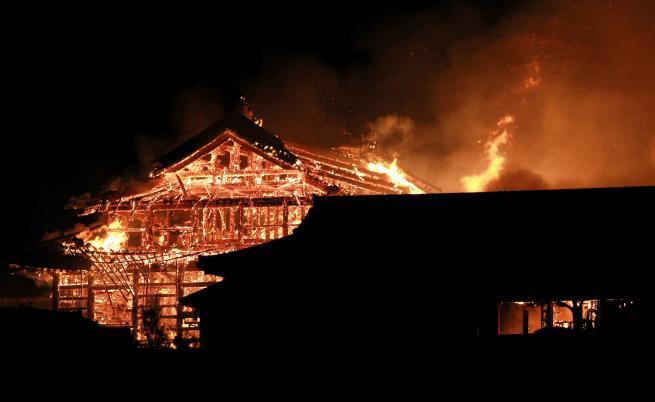 Изгоря един от най-старите дворци в света