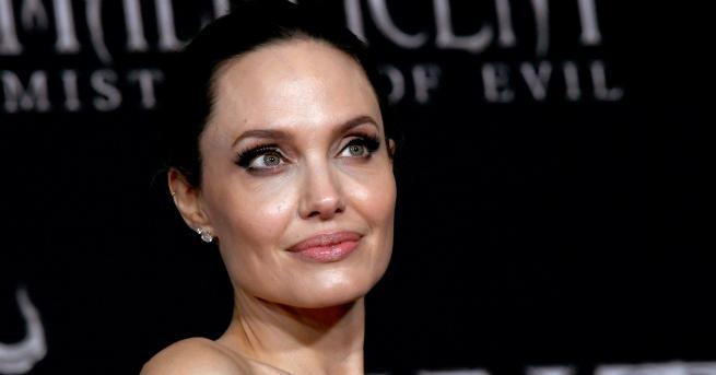 Анджелина Джоли краси корицата на предстоящото празнично издание на Harper's
