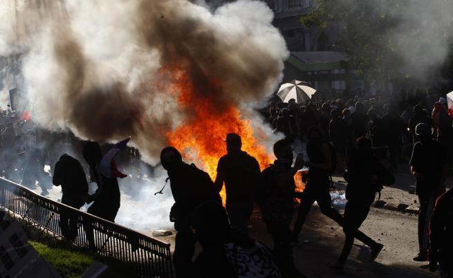 Запалиха полицаи в Чили с коктейли