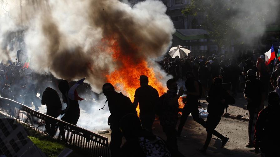 <p>Запалиха полицаи в Чили с коктейли &quot;Молотов&quot;</p>