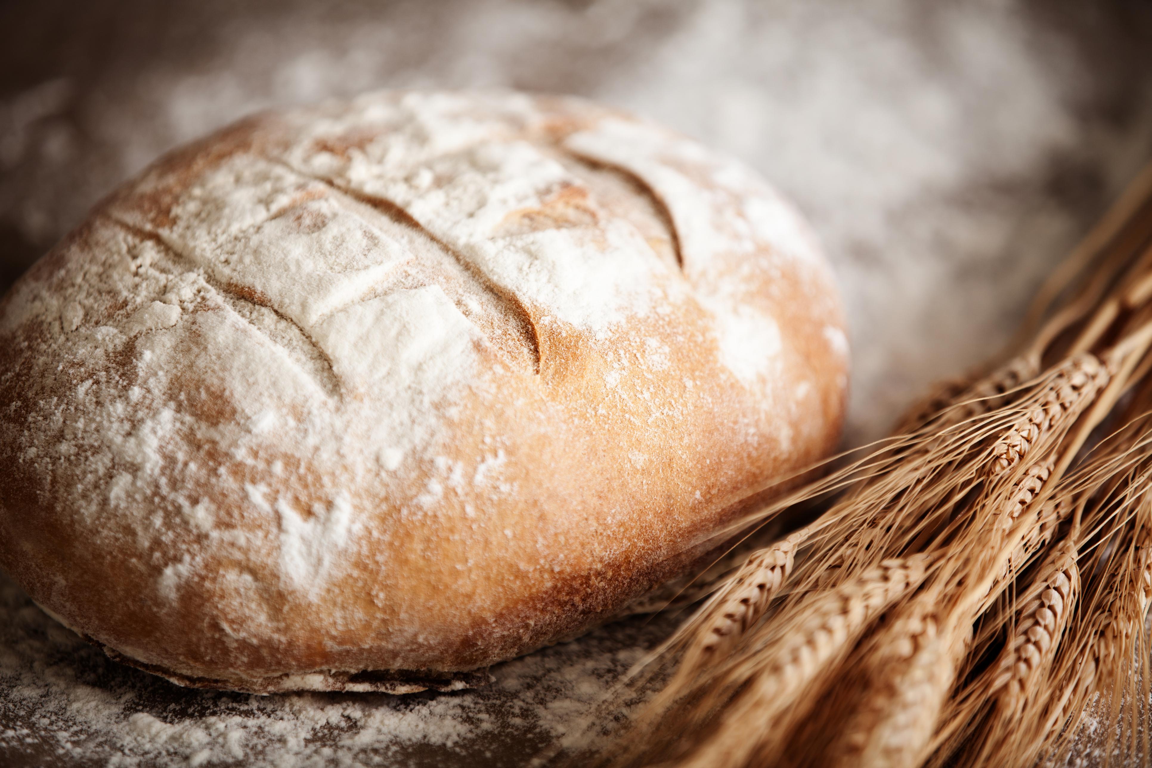<p>Доста по-непопулярен метод е замразяването на цял хляб, след което (когато ви е нужен), го вадите от камерата и го слагате в загрята на 180-190 градуса фурна.&nbsp;Там&nbsp;той се изпича повторно за около 35-40 минути.&nbsp;Когато става въпрос за съхранение на хляб, трябва да имате предвид, че различните видове хляб имат различна трайност - от 2 дни до седмица. Не забравяйте и времето, което продуктът е прекарал в магазина и винаги поглеждайте срока на годност.</p>
