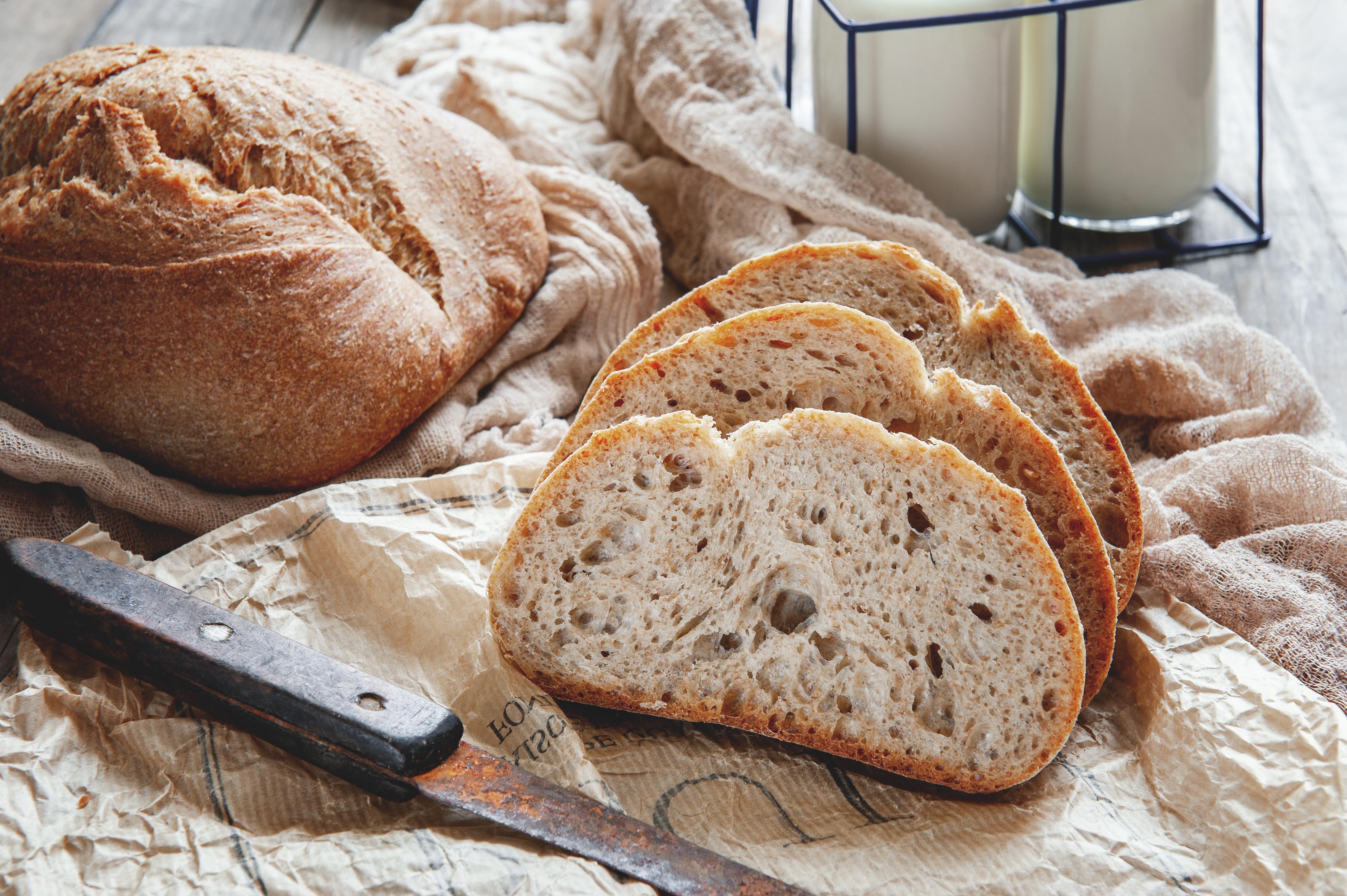 <p>За да запазите хляба свеж и вкусен, е нужно да го защитите от контакта с въздуха. Не го прибирайте в найлонова торбичка. Направите ли го, влагата от вътрешността на хляба ще премине в коричката и тя ще омекне, докато вътрешността ще се втвърди.</p>