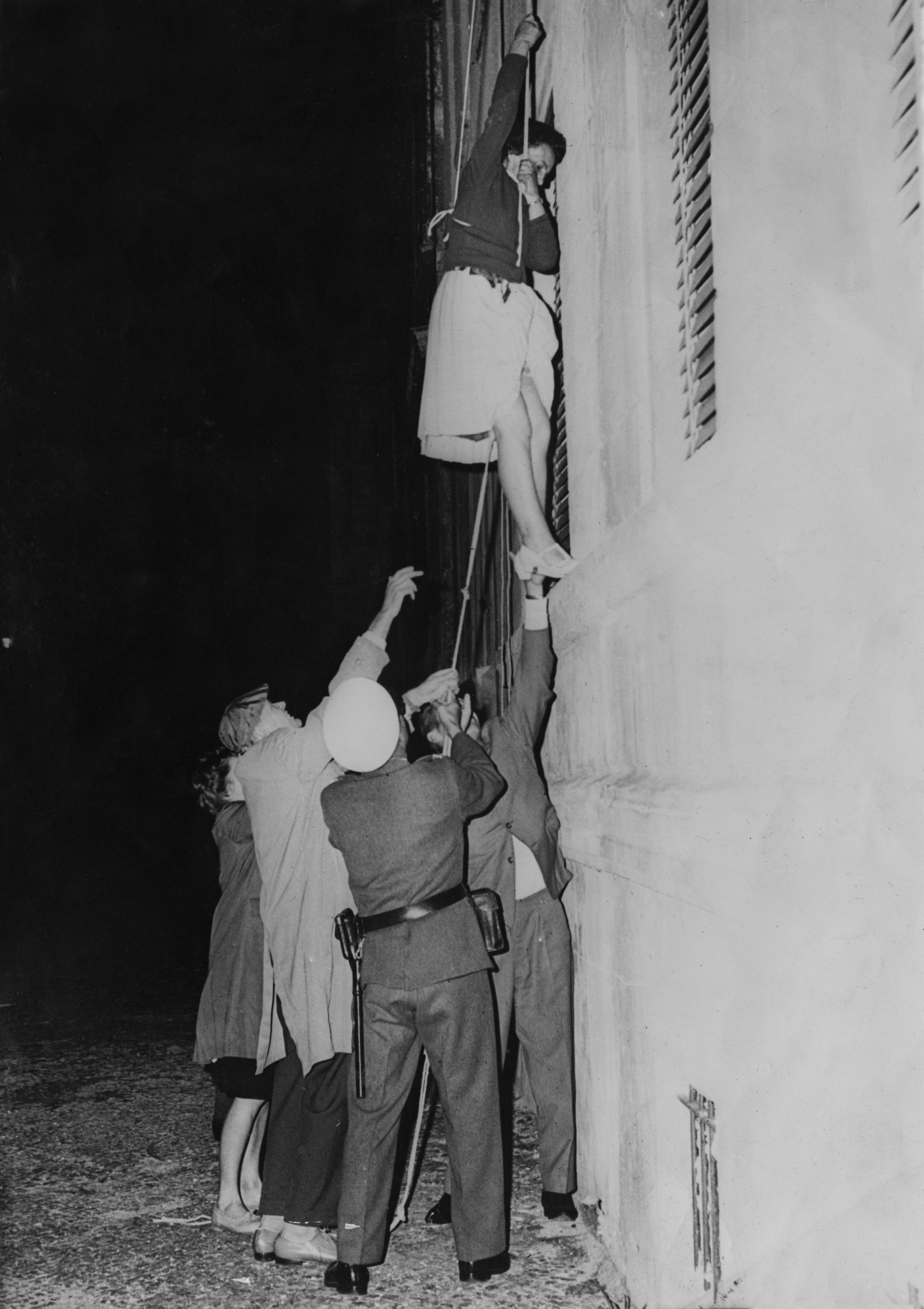 <p><strong>10 септември 1961 г.</strong></p>  <p>Жена е спусната с въже от прозорец на сграда в Източен Берлин, за да избяга в западния сектор, който се намира долу на улицата.&nbsp;</p>