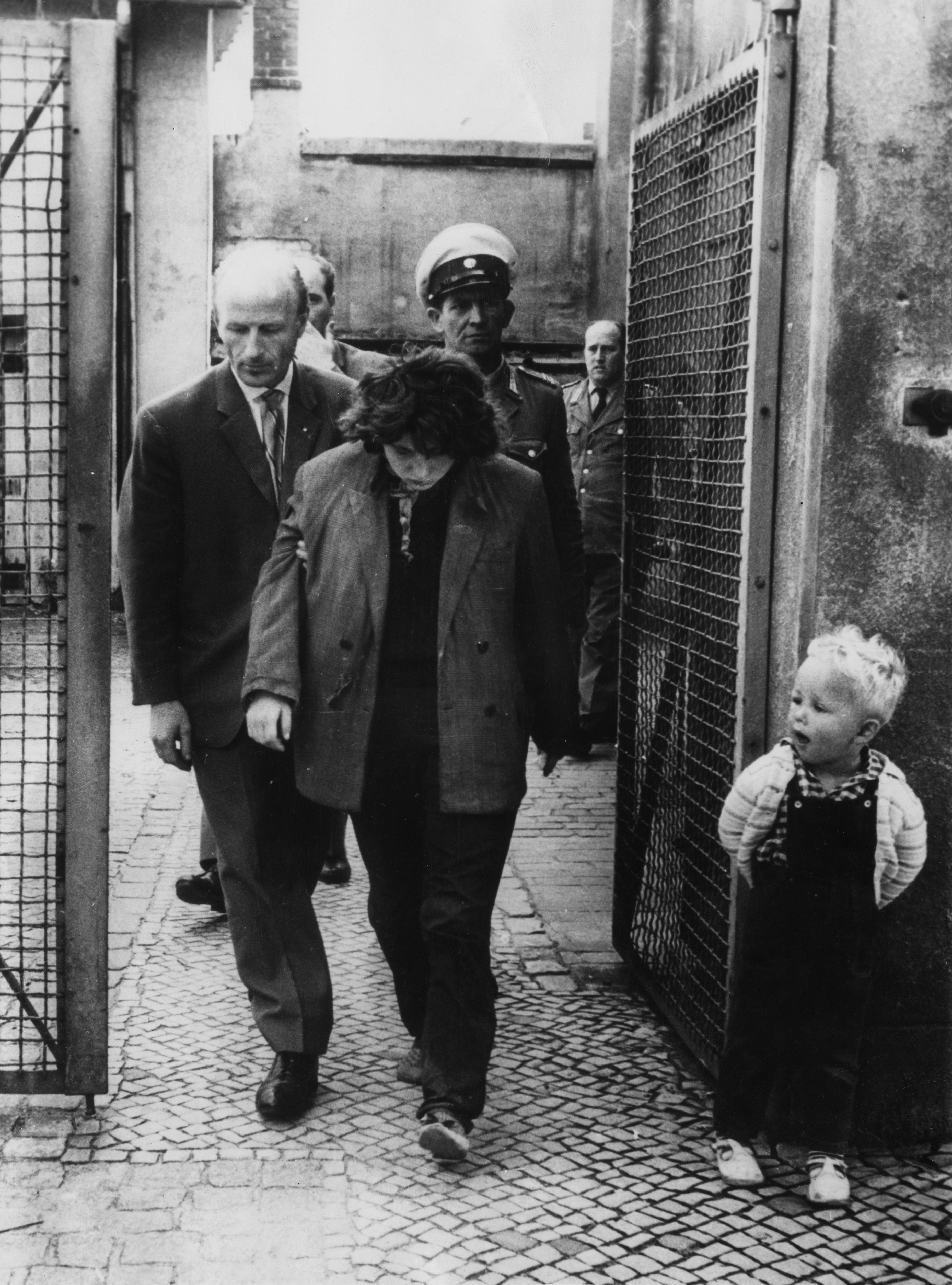 <p>Млада източногерманка е изведена от полицейски участък в западната част на Берлин, след като е успяла да избяга през Берлинската стена.&nbsp;</p>
