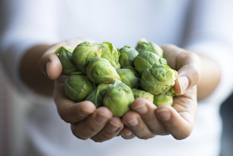 <p><strong>Брюкселско зеле</strong></p>  <p>Брюкселското зеле е изключително полезен&nbsp; зеленчук, макар и не толкова популярен у нас. То е богат източник на витамин C, което го превръща в много подходяща храна за&nbsp; зимните месеци. Зеленчукът е и с много ниско съдържание на калории и високо съдържание на&nbsp;<strong>фибри</strong>. Съдържа също&nbsp;<strong>цинк, калий, калций, фосфор</strong>, магнезий, манган, както и благоприятни количества протеин.</p>