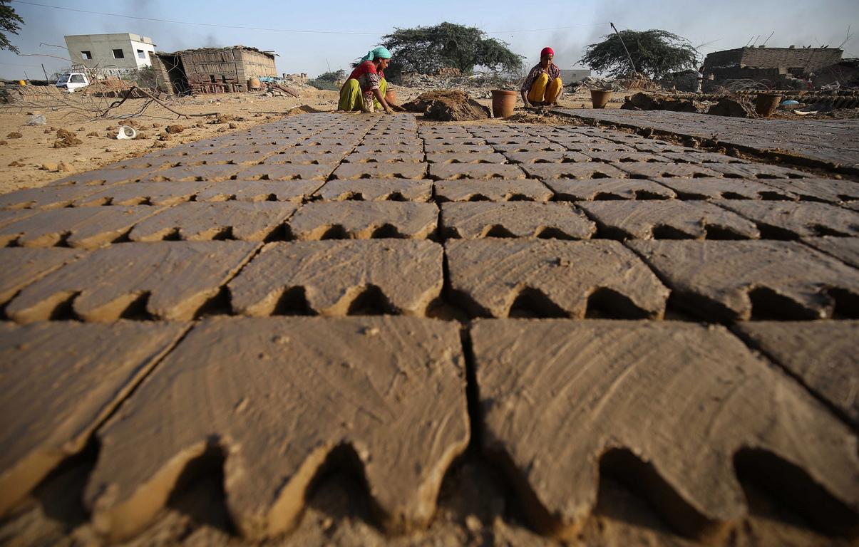 Работниците в грънчарската промишленост обикновено печелят близо 200 рупии (около 1,5 долара) на ден.