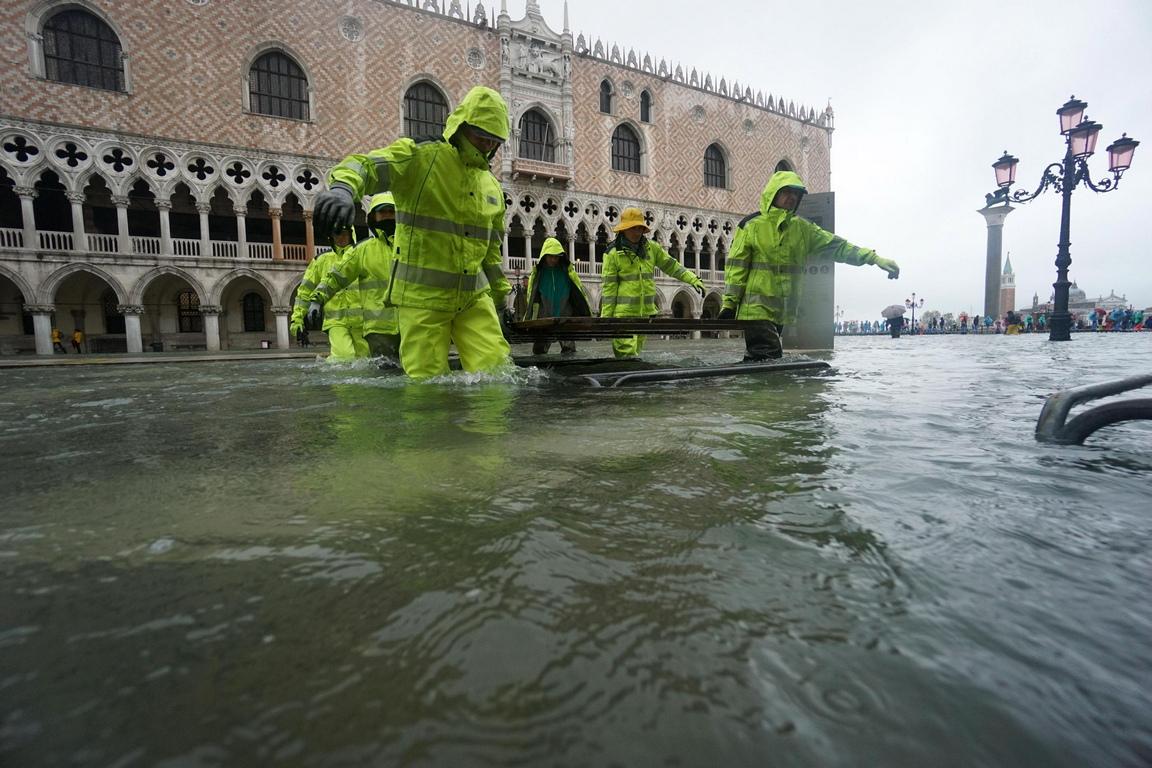 Прочутите улички и площади са под вода, а туристите и търговците обуха ботуши, за да се придвижват и да работят.