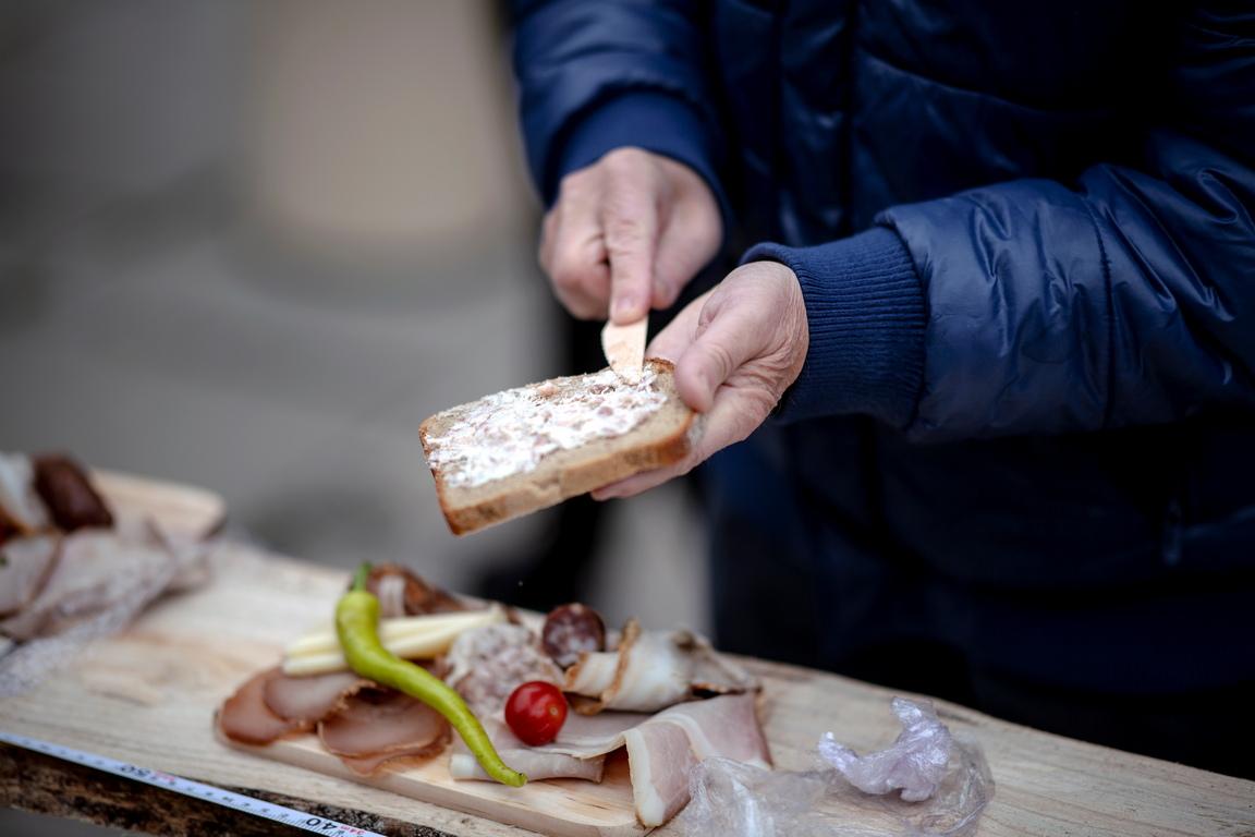 <p>Вкусната и традиционна храна на Щирия съдържа - осолено и пушено месо, колбаси, свинско печено, шунка, бекон, черен дроб, твърдо сварени яйца, сирене и хрян, всички сервирани върху хляб на дървена плоча.</p>