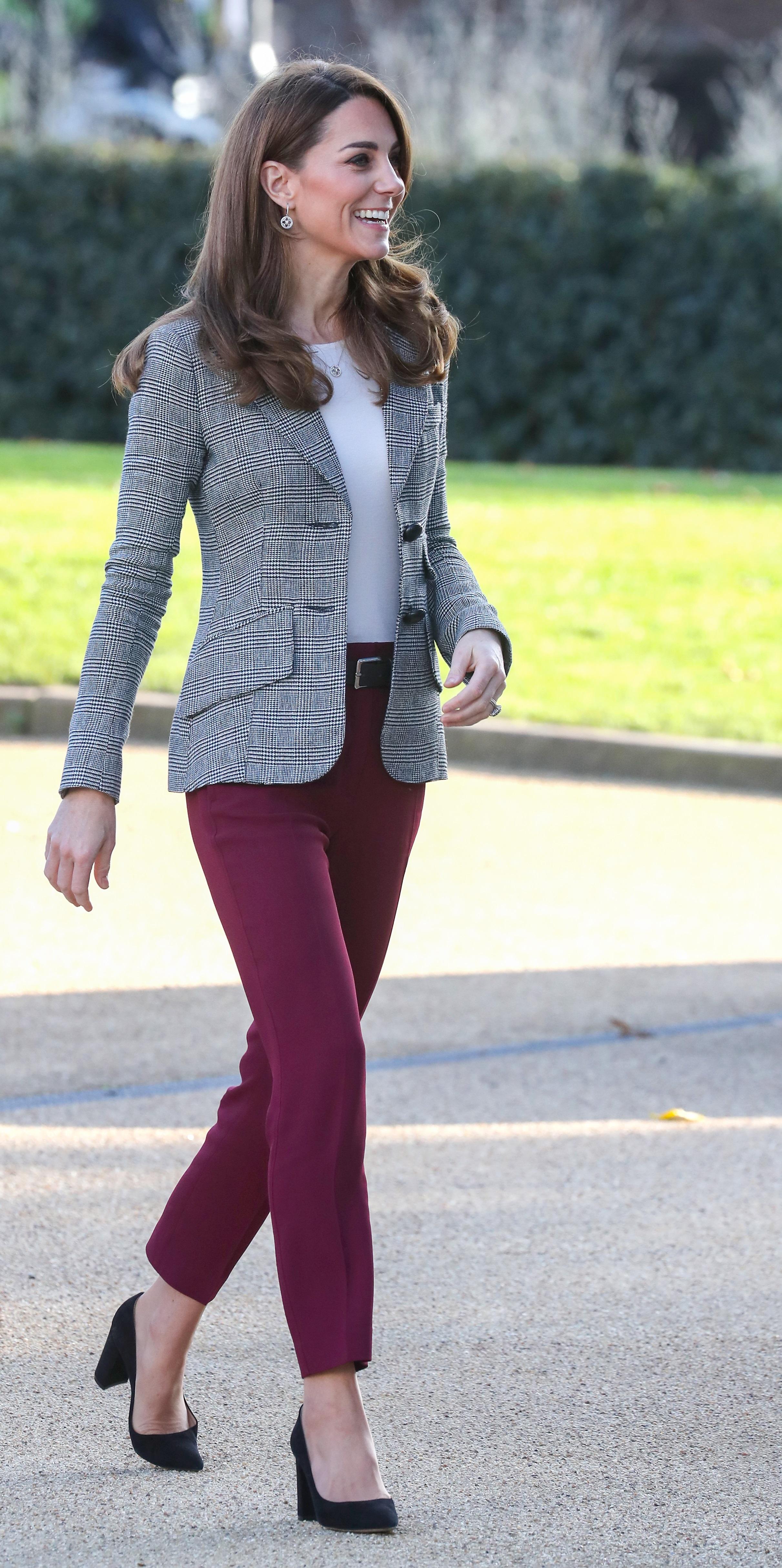<p>Херцогинята на Кеймбридж Катрин Мидълтън отново показа модерен стил и очарова всички присъстващи по време на събитие, проведено&nbsp;от благотворителна организация. Мидълтън се появи с панталон и сако, а модните критици определиха визията й като пример за това&nbsp;как трябва да изглежда една модерна&nbsp;дама.</p>