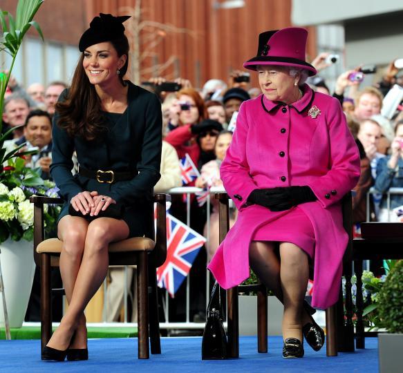 <p><strong>Научи се да стоиш на стол като член на кралското семейство.</strong> Стой изправена и не кръстосвай крака - нека да стоят събрани и небрежно наклонени в една посока.</p>